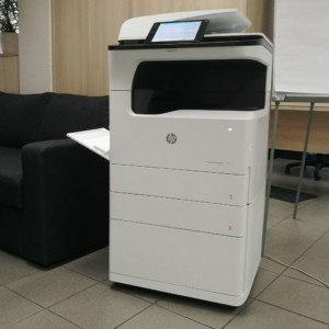 Na podstavci HP PageWide P77740